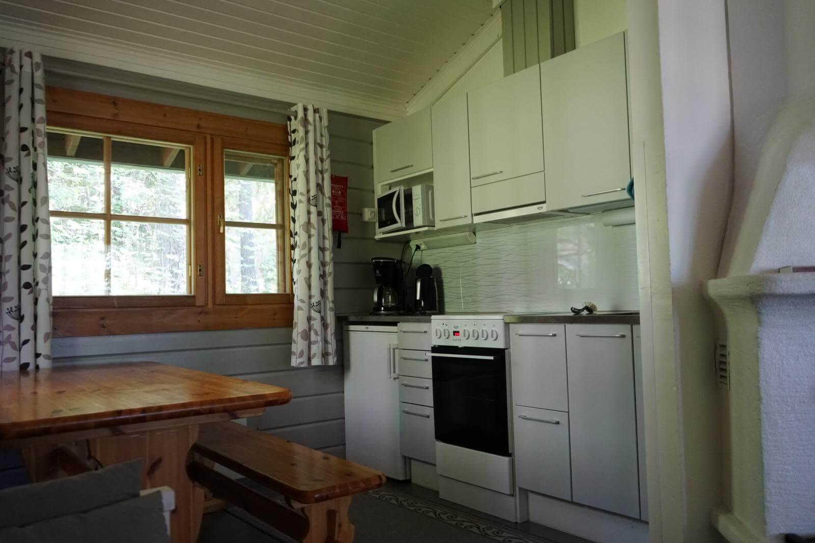 Tykkimäki Campingin lomamökin keittiö