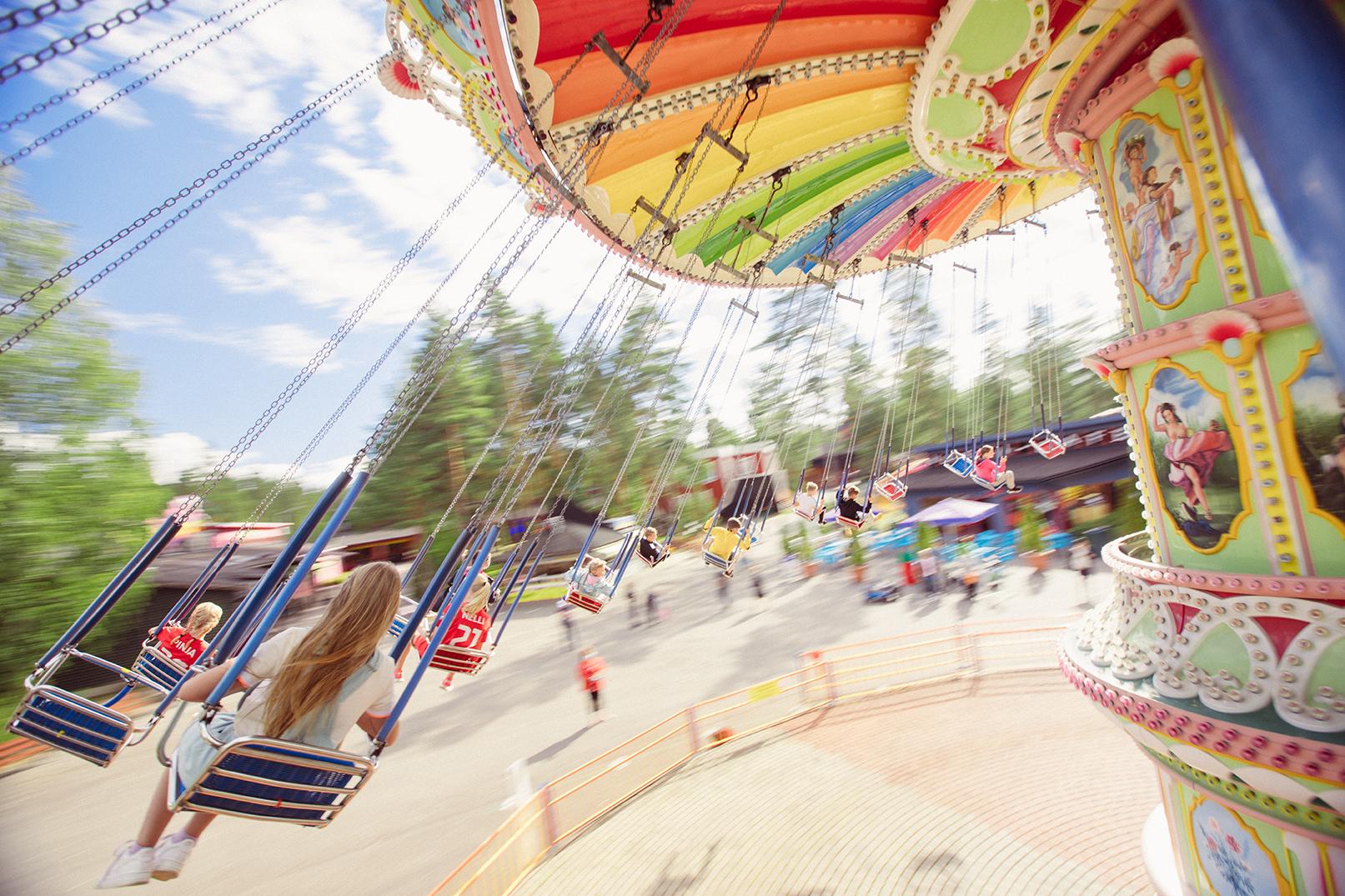Tykkimäen huvipuiston tunnelmallinen keinukaruselli